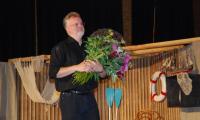 Dirigent Guido Wolf ist sichtlich gerührt. Zum Abschied erhielt er von jedem Kind des Kinderchors eine Blume.